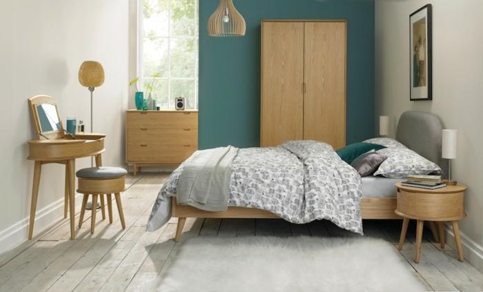 lit-commode-et-coiffeuse-en-bois-parquet-clair-tapis-blanc-mur-d-accent-couleur-petrole-et-mur-blanc