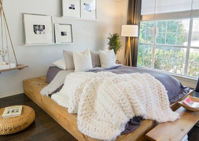 lit-en-bois-couverture-en-laine-a-grosses-mailles-stratifie-couleur-foncee-rideaux-gris-decoration-murale-de-photos