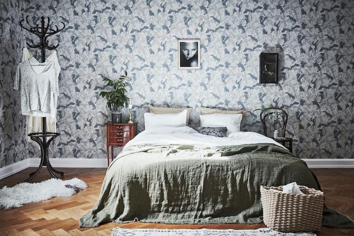 lit-enorme-panier-tresse-parquet-aspect-bois-porte-manteau-papier-peint-scandinave-a-motifs-floraux-panier-tresse-meuble-vintage-une-chambre-vintage