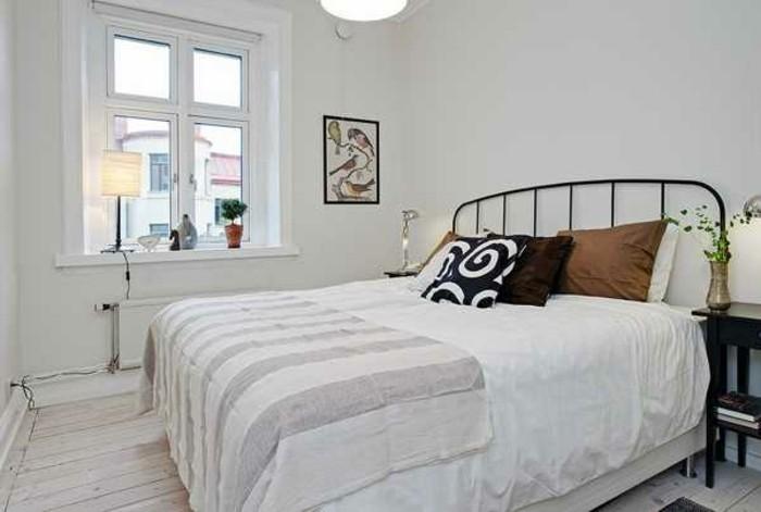 lit-metallique-linge-de-lit-blanc-couleur-mur-blanc-tableau-oiseaux-decor-simple-lignes-epurees