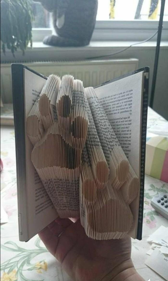 livre-plié-deux-pattes-gravées-dans-un-livre
