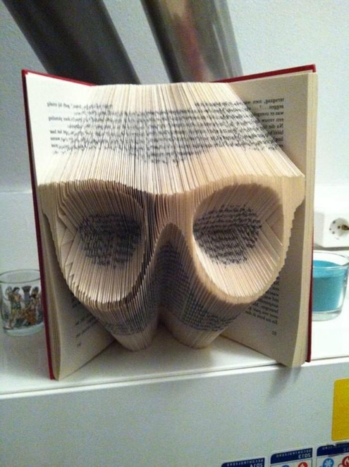 livres-pliés-lunettes-creusées-dans-la-structure-d'un-livre
