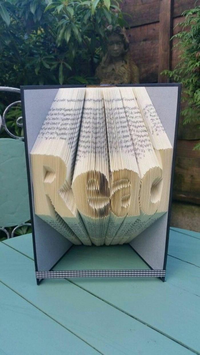 livres-pliés-script-read-sculpté-sur-un-livre