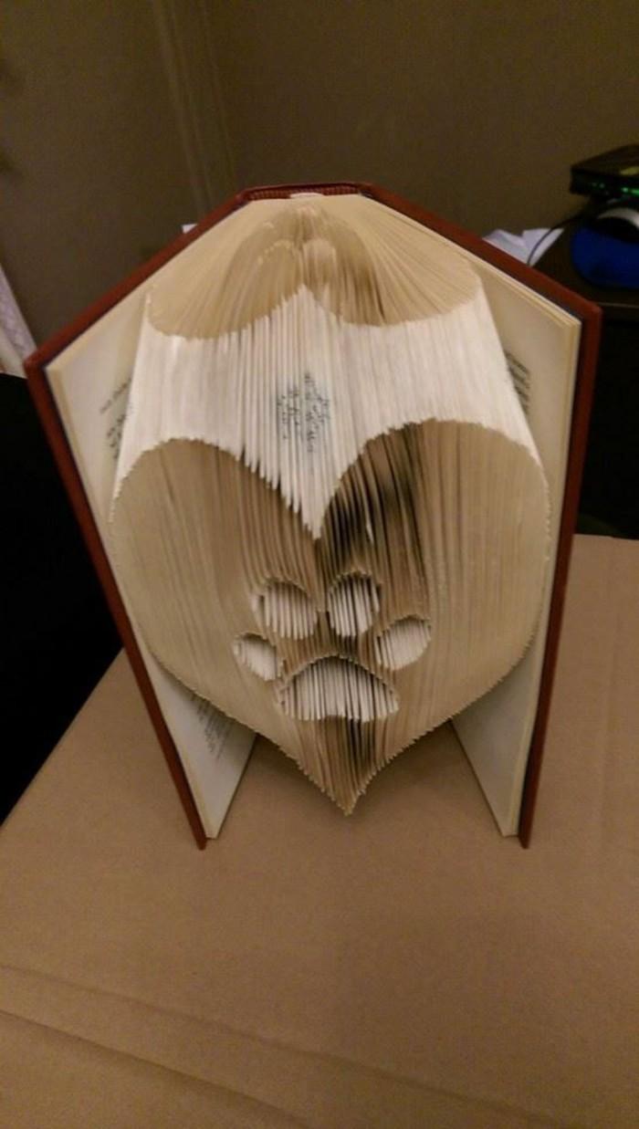 livres-pliés-une-patte-formée-avec-les-pages-d'un-livre