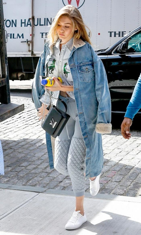look-chemise-blanche-beaute-naturelle-cheveux-blonds-baskets-blancs