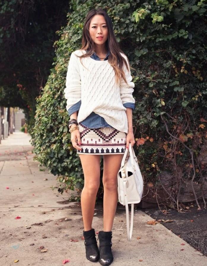 look-chemise-en-jean-jupe-beige-en-motifs-ethniques-bottines-noires
