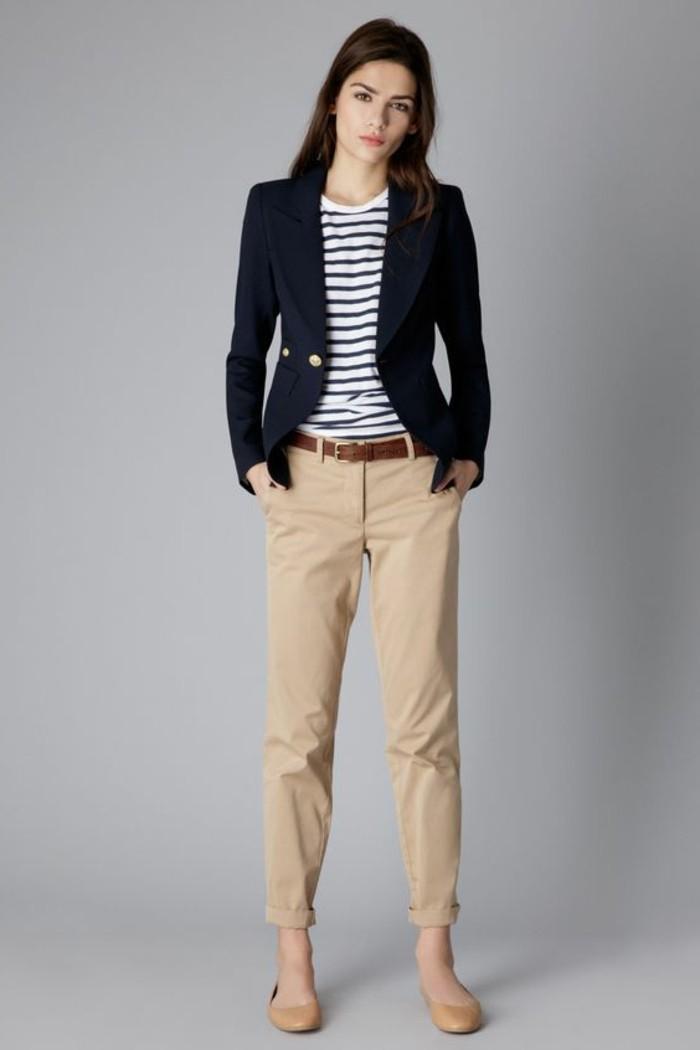 look-pantalon-kaki-élégance-féminine-avec-une-veste-bleu-foncé-t-hsirt-blanc-et-noir