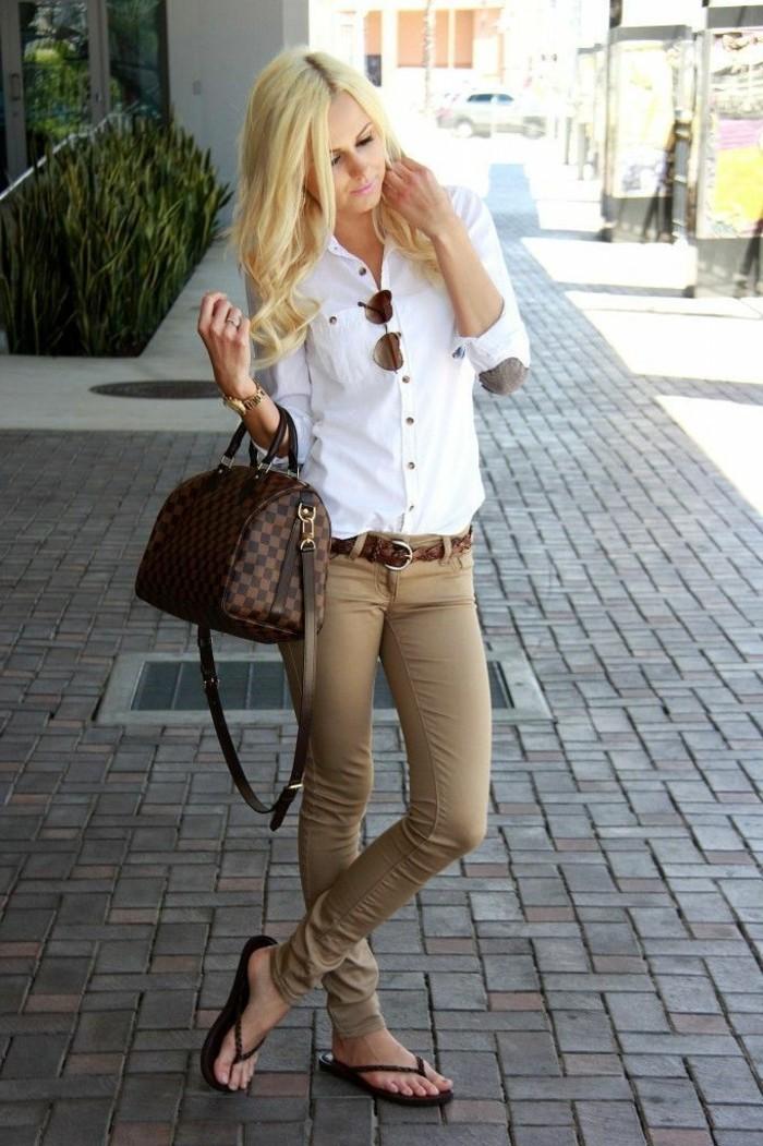 look-pantalon-kaki-chemise-blanche-ceinture-et-sac-à-main-marron
