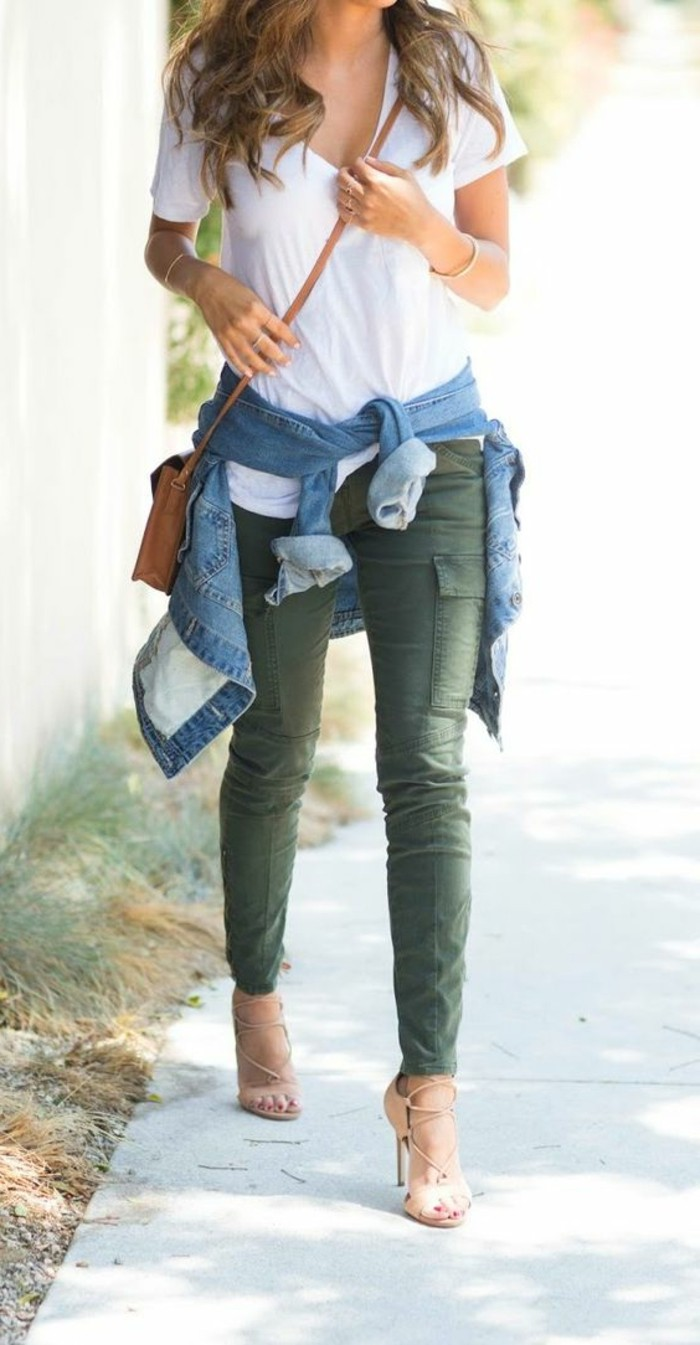 look-pantalon-kaki-look-négligé-t-shirt-blanc-veste-en-jean-sandales-beiges