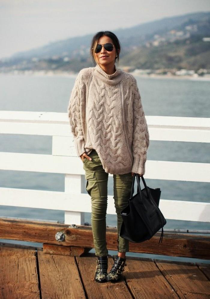 look-pantalon-kaki-pull-d'automne-bottines-et-sac-à-main-noirs