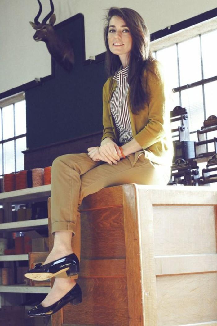 look-pantalon-kaki-tenue-simple-pour-chaque-jour-avec-une-chemise-rayée