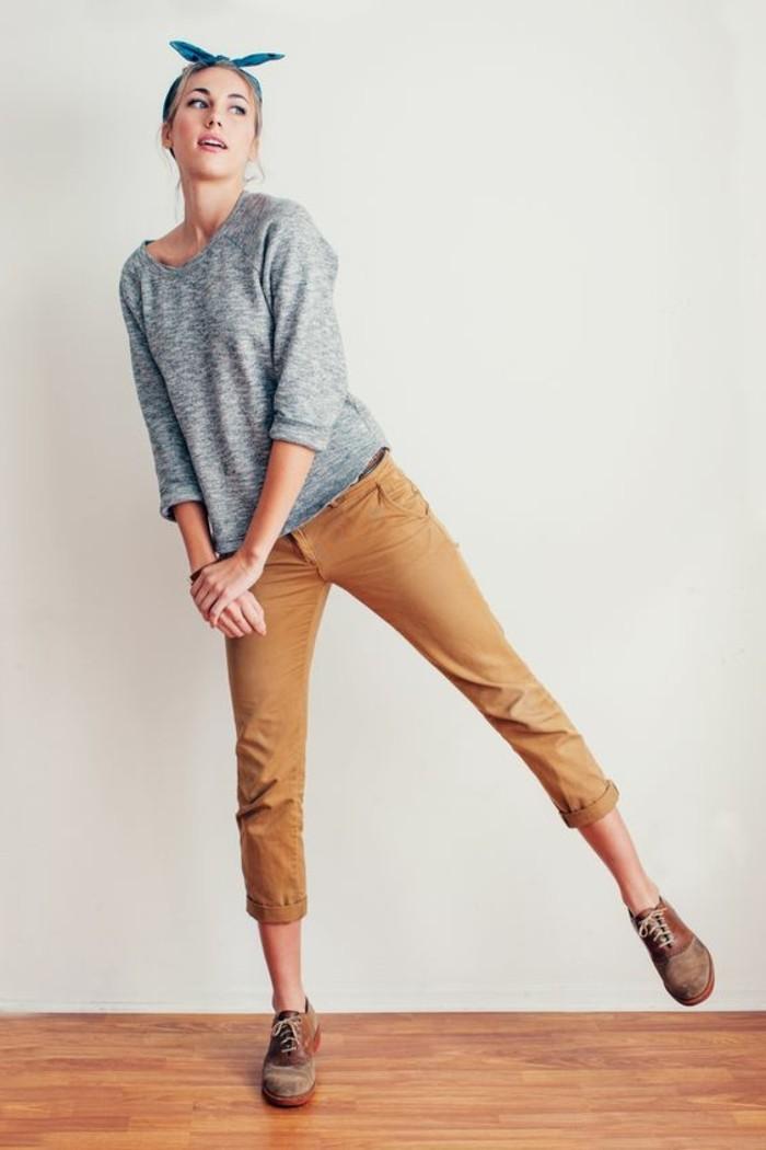 look-pantalon-kaki-vision-féminine-avec-une-blouse-grise-et-coiffure-avec-ruban