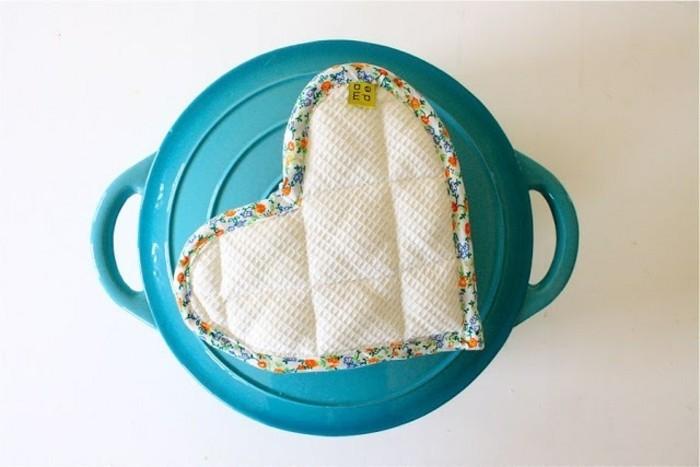manique-en-forme-de-coeur-fait-maison-idee-cadeau-meilleure-amie-a-fabriquer-soi-meme-coeur-a-coudre