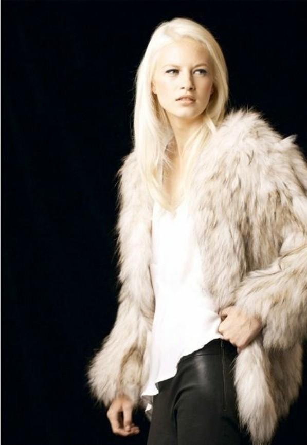 manteau-en-faux-fourrure-pantalon-en-cuir-cheveux-blond-nordique