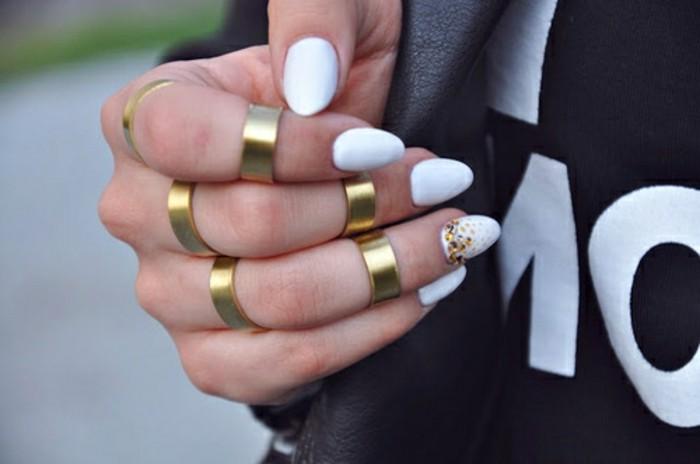 manucure-blanche-combiner-avec-ses-bijoux-dores-vernis-brillant