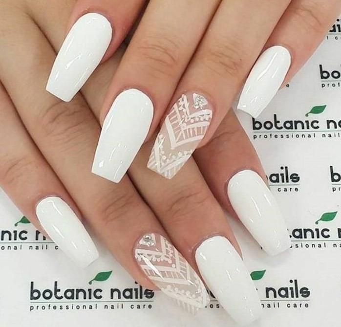 manucure-blanche-decoration-en-lignes-triangulaires-beaute-feminine-purete