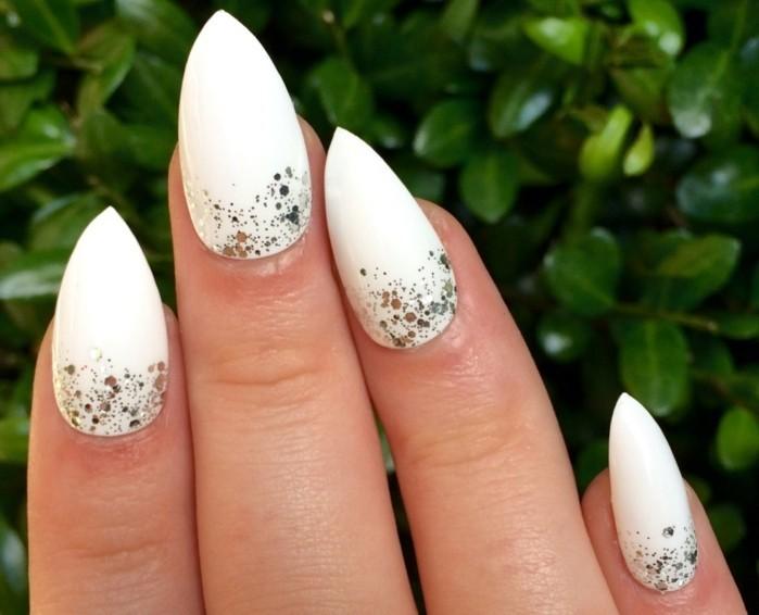 manucure-blanche-ongles-longs-deco-simple-en-vernis-brillant-effet-enneige