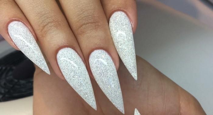 manucure-blanche-ongles-longs-vernis-brillant-pour-creer-un-effet-impressionant