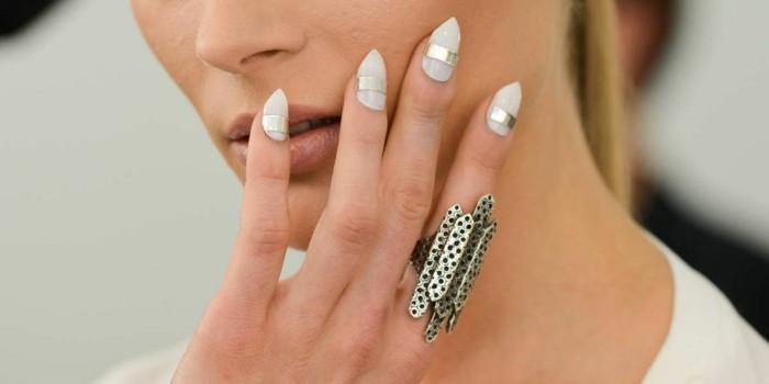 manucure-blanche-ongles-triangulaires-longs-lignes-droites-en-argent