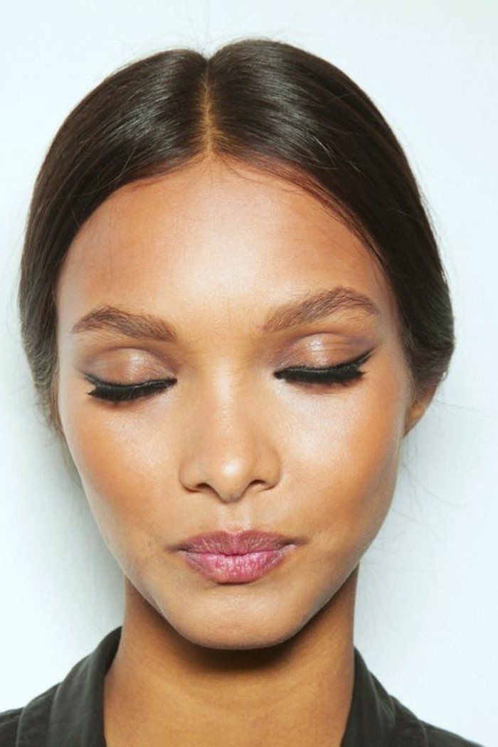 maquillage-yeux-de-chat-femme-teint-bronze-fard-marron
