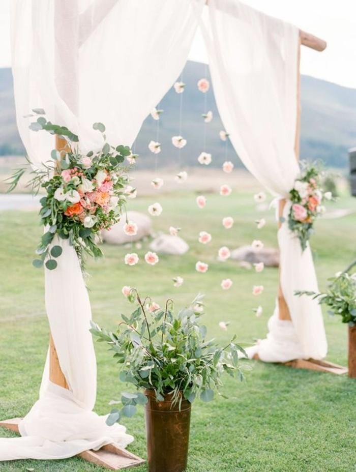 mariage-bohème-cérémonie-en-pleine-aire-arche-de-mariage-en-tulle