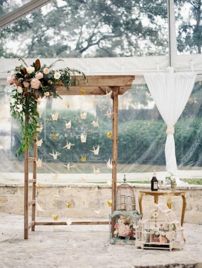 mariage-champêtre-arche-mariage-en-bois-suspensions-oiseaux-en-papier