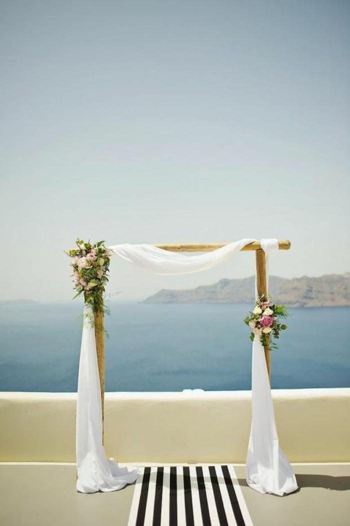 mariage-en-grèce-cérémonie-en-pleine-air-arche-de-mariage-tulle-et-bouquets-de-fleurs