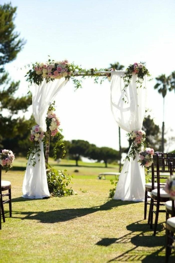 mariage-en-pleine-air-arche-mariage-en-tulle-bouquets-de-fleurs