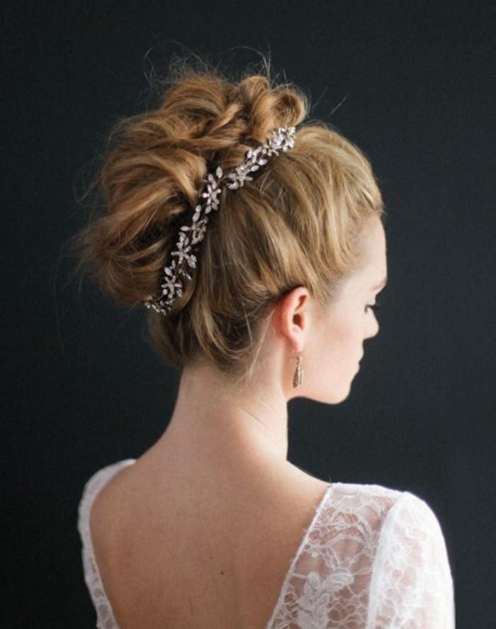 mariage-idée-pour-une-coiffure-banane-avec-joli-accessoire-bijou