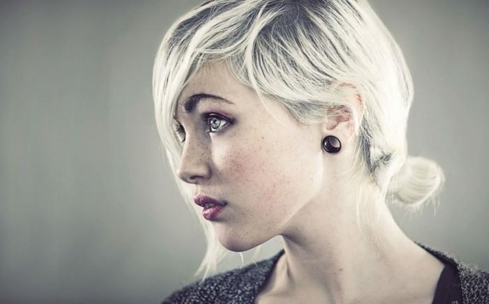meches-blondes-platine-decoloration-cheveux-noir-faire-coiffure