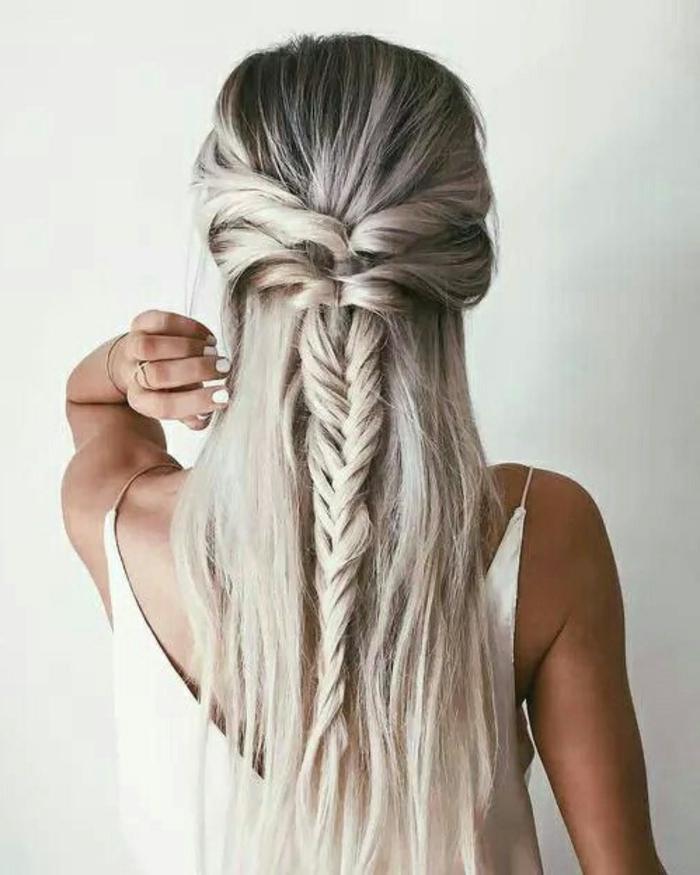 meches-blondes-platine-decoloration-des-cheveux-noir-tresse-longue