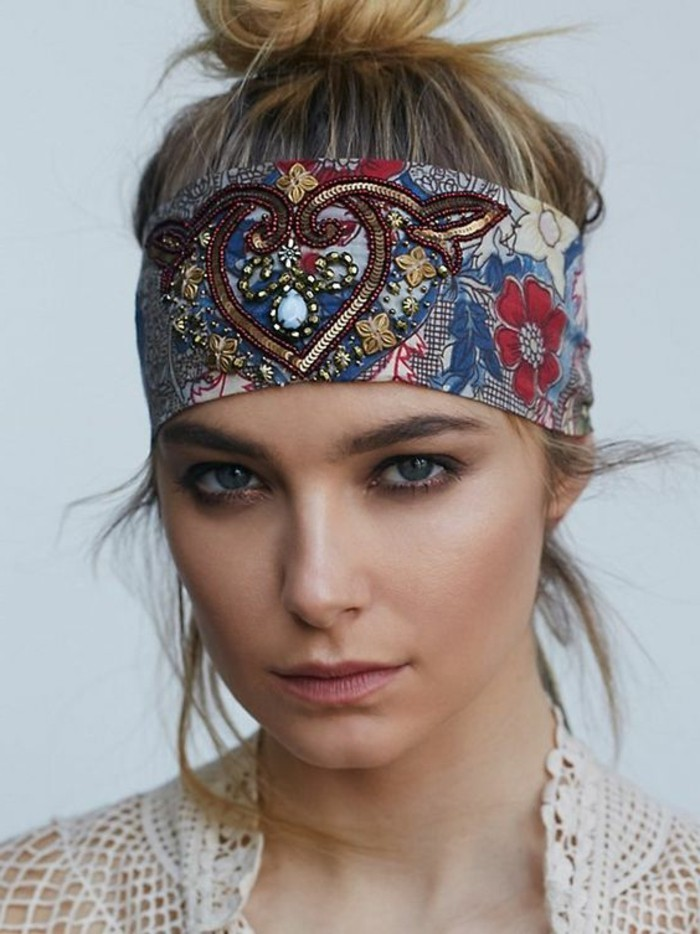 mettre-un-foulard-facon-headband-foulard-bariole