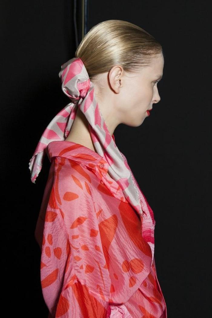 mettre-un-foulard-porter-des-foulards-en-soie-avec-style