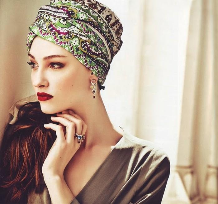 mettre-un-foulard-sur-la-tête-blanc-vert-rose-jaune-motifs-ethniques-cheveux-marron-rouge-foncé