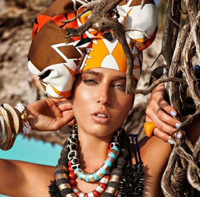 mettre-un-foulard-sur-la-tête-couleurs-chaudes-marron-jaune-orange-blanc-collier-ethnique