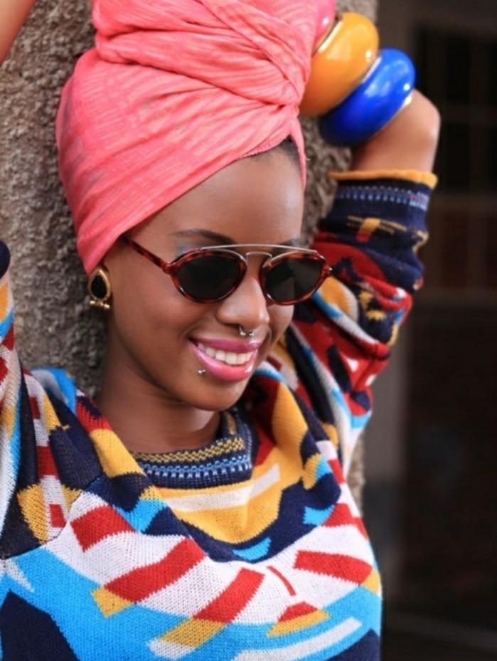 mettre-un-foulard-sur-la-tête-rose-blouse-motifs-ethniques-multicolore-lunette-de-soleil