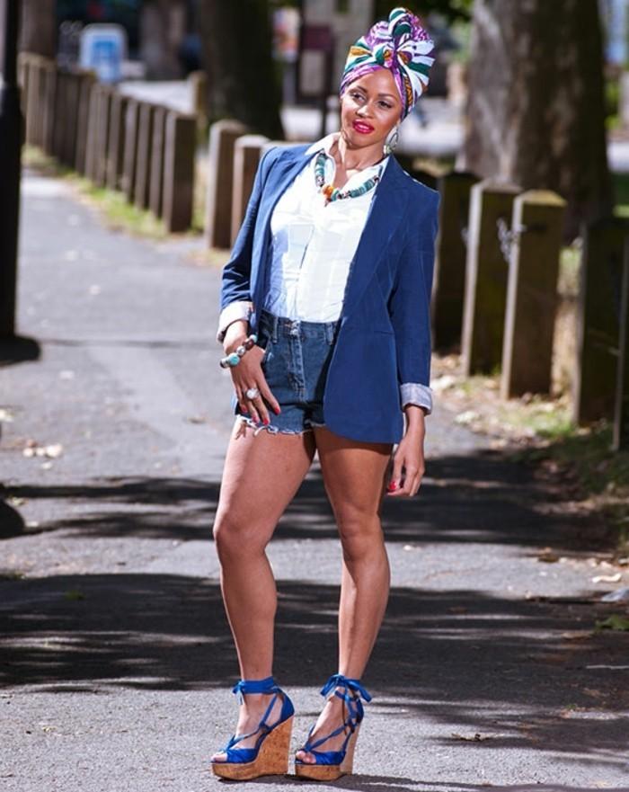 mettre-un-foulard-sur-la-tête-veste-et-sandales-bleu-shorts-denim-chemise-blanche-collier-multicolore