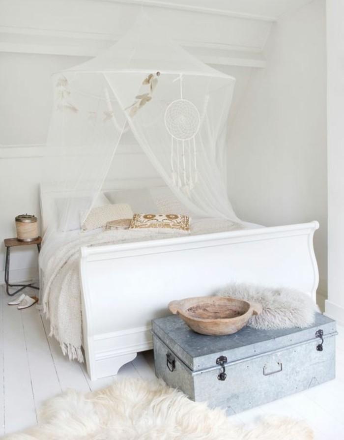 meuble-scandinave-lit-blanc-pare-d-un-ciel-de-lit-et-un-attrape-reve-blanc-bout-de-lit-coffre-tapis-blanc