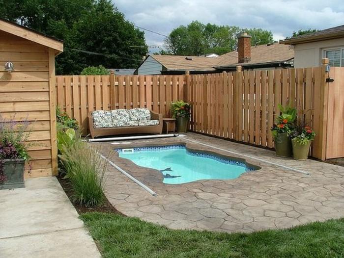 mini-piscine-coque-aux-abords-de-pierre-et-gazon-exterieur-en-bois