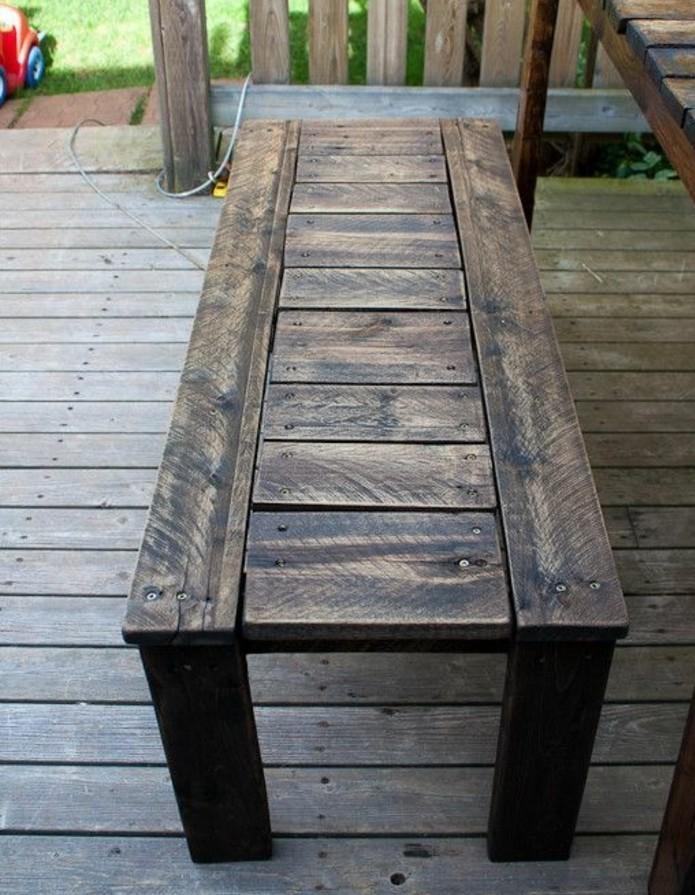 modele-banc-en-palette-fabriquée-a-partir-de-palettes-en-bois-démontés-et-réorganisées-idee-siege-jardin-ou-veranda