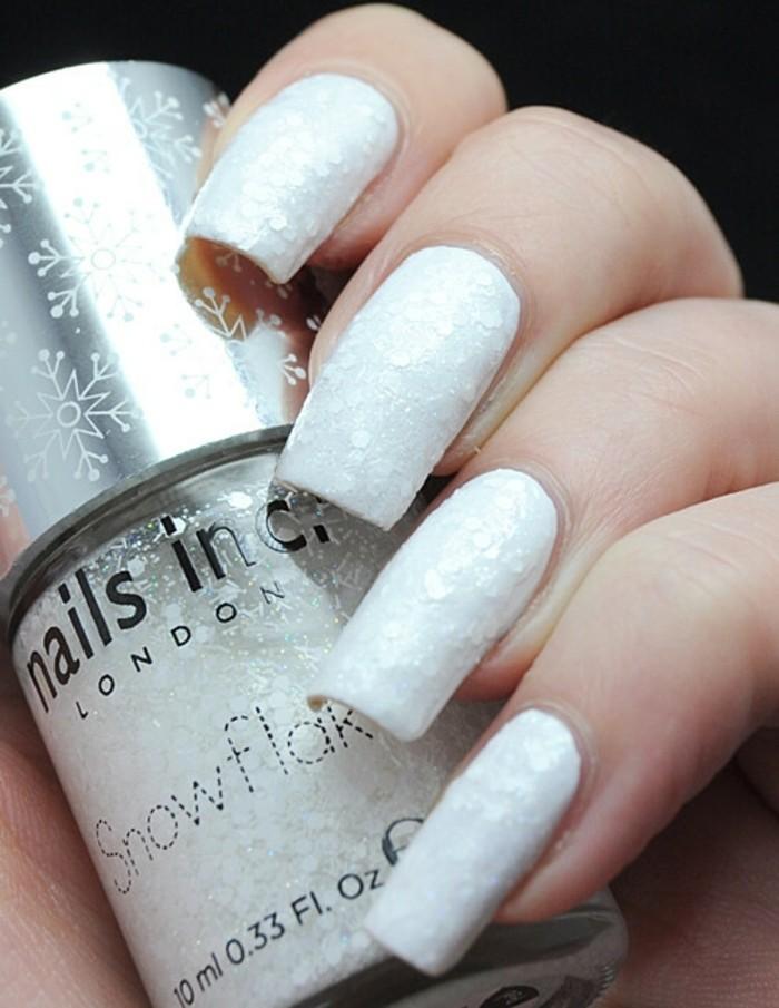 modele-ongle-gel-manucure-blanche-en-effet-neige-ideale-pour-lhiver