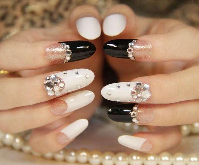 modele-ongle-manucure-blanche-beaute-feminine-decoration-en-critaux-et-effet-brillant