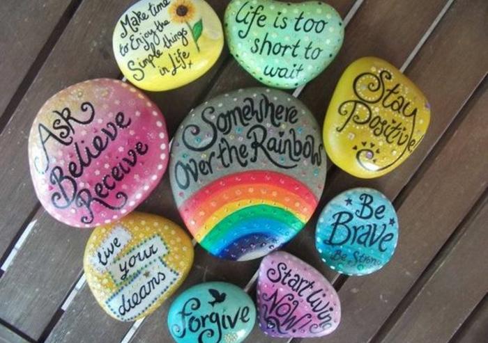modeles-de-galets-décorés-de-messages-et-citations-inspirantes-et-peintes-en-couleurs-diverses