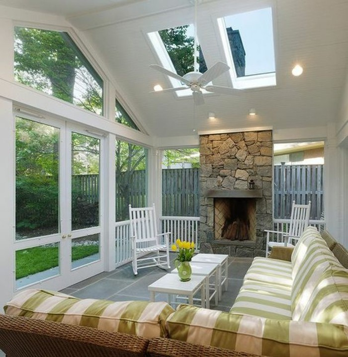 moderniser-une-cheminee-rustique-dans-la-maison-d-ete