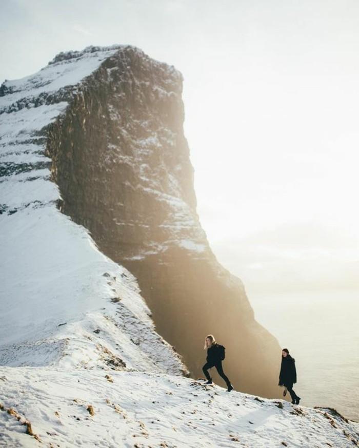 montagne-enneigée-aventuriers-sommets-enneigé-lever-de-soleil-nature-blanche