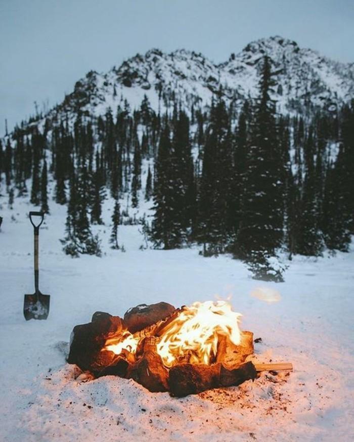 montagne-enneigée-feu-pelle-camping-dans-les-montagnes-nuit