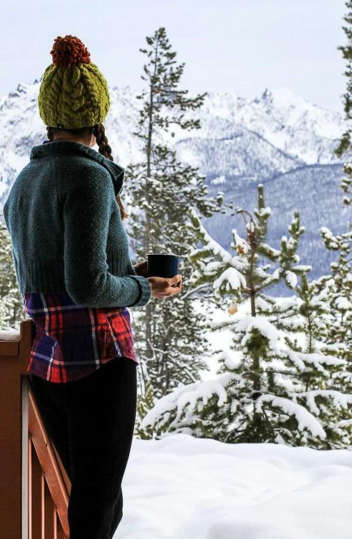 montagne-enneigée-fille-bonnet-vert-pompon-orange-tresses-pull-bleu-chemise-rayée