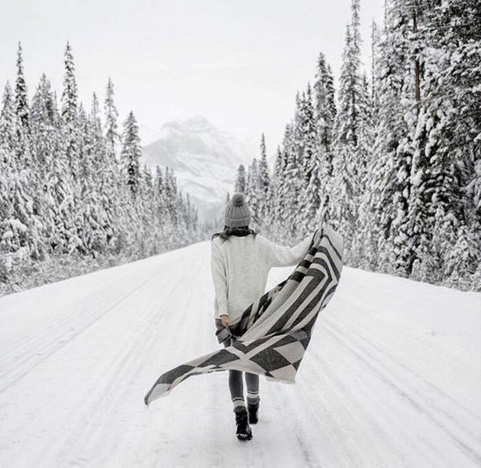montagne-enneigée-fille-sentier-vers-les-montagnes-sapins-poncho-pull-gris-bonnet-avec-pompon