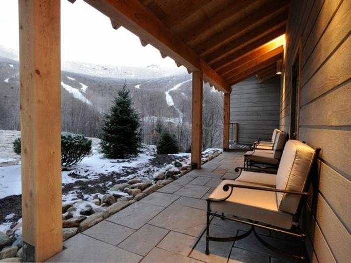 montagne-enneigée-hotel-rustique-dans-la-foret-terasse-donnant-sur-les-montagnes