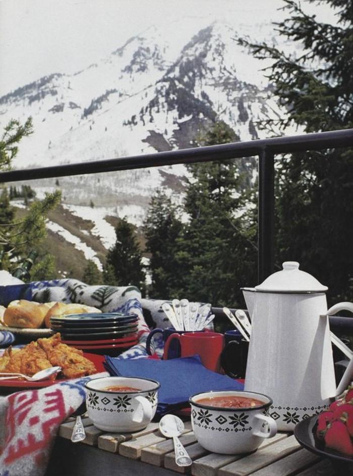 montagne-enneigée-tasses-en-déco-flocons-de-neige-petit-déjeuner-vue-sur-les-sommets